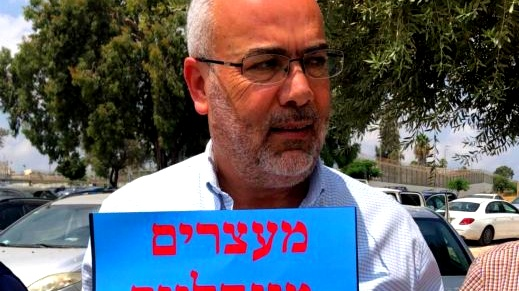 أمام سجن الرملة: أسامة سعدي يشارك بوقفة احتجاجية