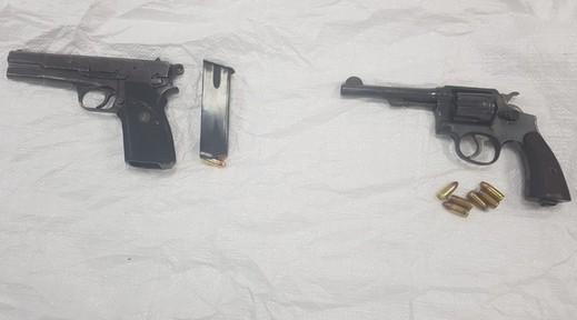 اعتقال مشتبه من الخوالد بحيازة مسدسين وذخيرة