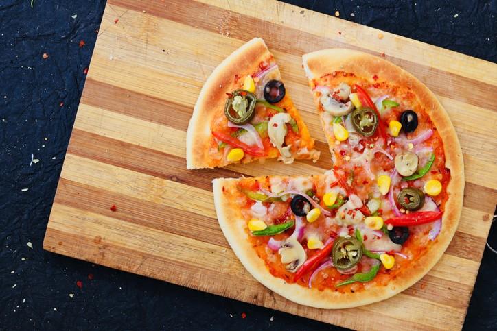طريقة سهلة لتحضير بيتزا الخضار اللذيذة