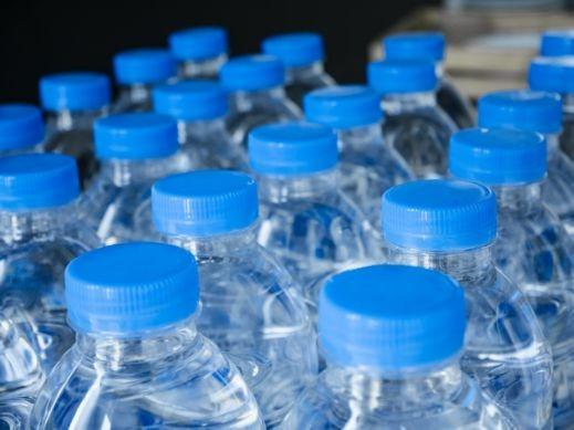 الآثار السلبية لشرب الماء من العبوات البلاستيكية