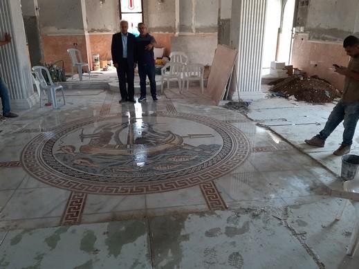 وضع لوحة من الفسيفساء في الكنيسة الجديدة في كفرسميع