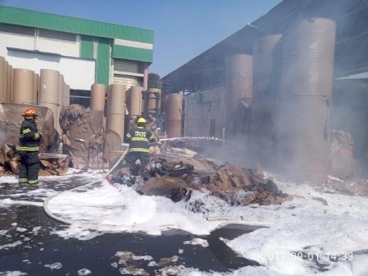 الخضيرة: اندلاع حريق هائل في مصنع للورق