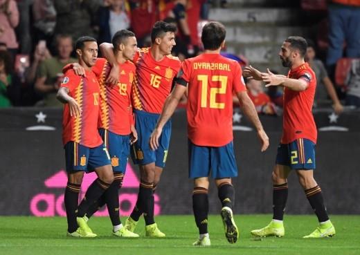 إسبانيا تعبر جزر فارو برباعية وتقترب من اليورو
