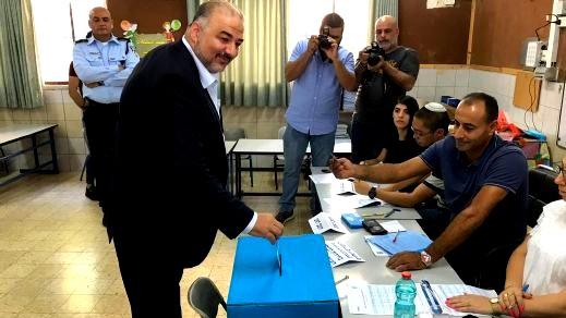 د.عباس يدلي بصوته والشّرطة تمنع تصويره