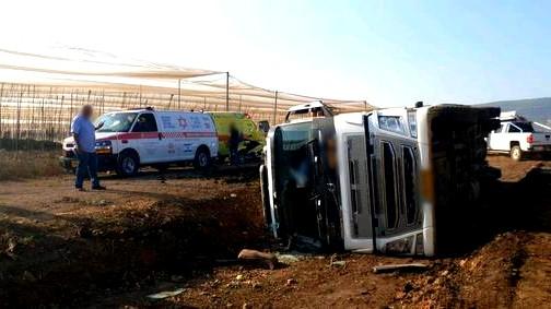 الجليل: إصابة متوسطة إثر انقلاب شاحنة