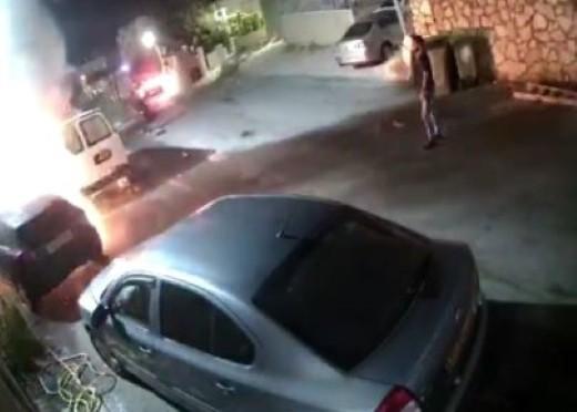 فيديو-نحف: ملثمون يضرمون النار بسيارة