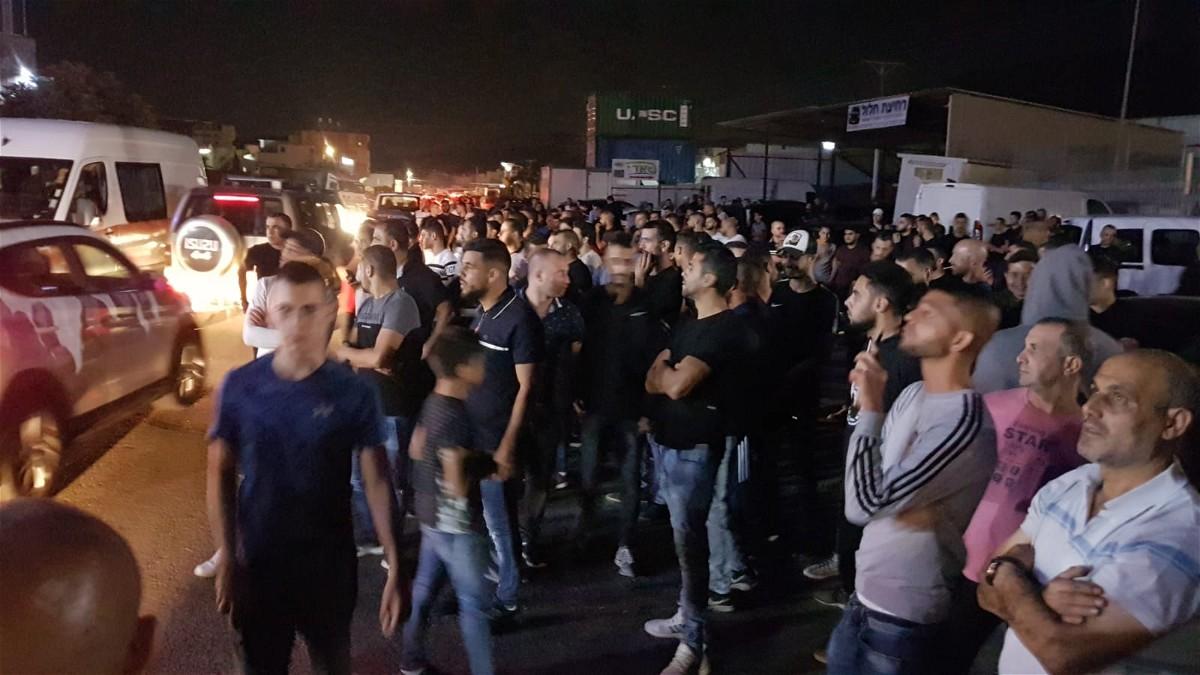 مجد الكروم: الالاف يتظاهرون امام مركز الشرطة