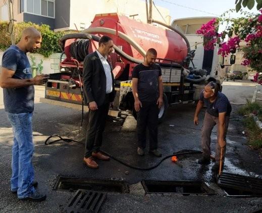 مجلس كفرمندا يباشر بتنظيف شبكة تصريف المياه