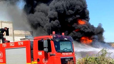 أبو سنان: إندلاع حريق هائل في منطقة قريبة من المنازل