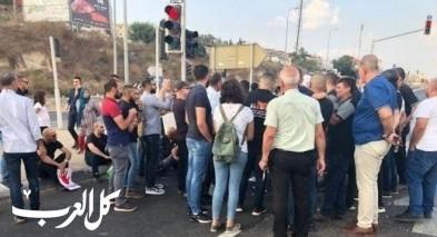 تظاهرة في أم الفحم ضد الجريمة: الشرطة تفرّق المتظاهرين وتعتقل شابًا بعد اغلاق شارع 65