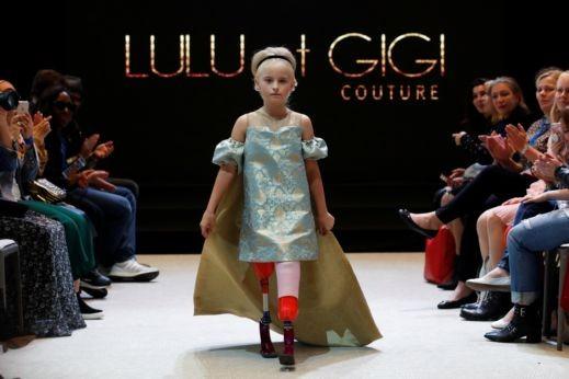 صور: طفلة مبتورة الساقين تصنع التاريخ
