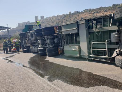 تخليص سائق شاحنة بعد إنقلابها في تشيك بوست