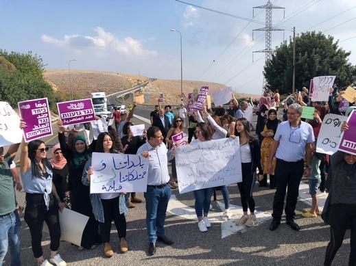 وقفة إحتجاجية على مدخل قرية عكبرة بمشاركة النواب