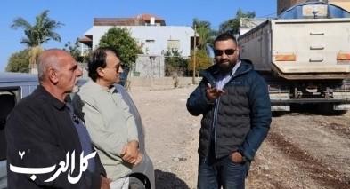 تعبيد شوارع في أحياء كفرقرع