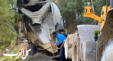 حيفا: إنقلاب خلاط باطون وإخلاء منزل من سكانه