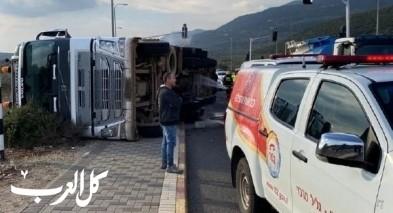 انقلاب شاحنة مُحمّلة بالأبقار قرب عين الأسد