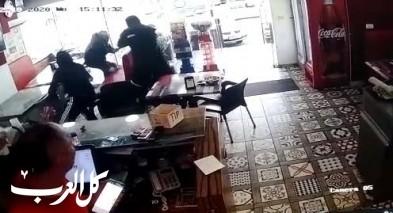 توثيق اطلاق الرصاص داخل مطعم بطمرة