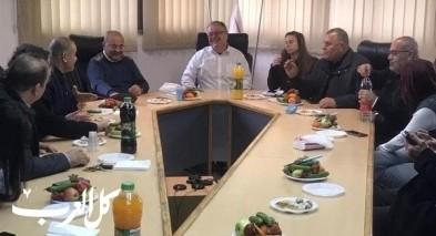 وفد المشتركة في جلسة عمل في بلدية الطيرة