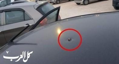 رصاصة طائشة تصيب سيارة شاب من قلنسوة