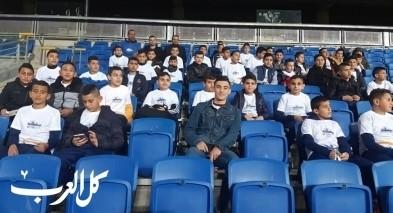 طلاب مدرسة كرة القدم عين ماهل يشاهدون مباراة