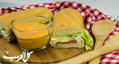 ساندويش اللحم المدخّن والجبن بالأعشاب