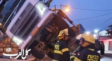 بيت شيمش: انقلاب شاحنة مع رافعة