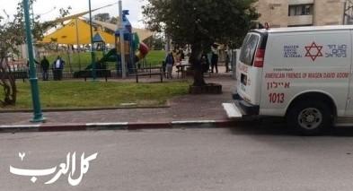اللد: إصابة خطيرة لشابة في حديقة عامة