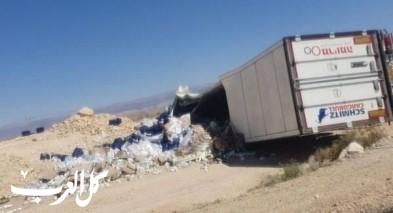 إصابة خطيرة إثر انقلاب شاحنة بمنطقة العربة