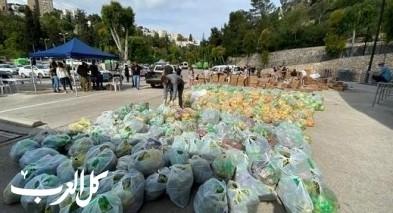 متطوعون يوزعون الطرود الغذائية على أهالي حيفا