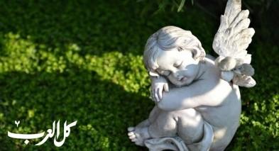 مرض يحول طفلًا إلى تمثال حجري!