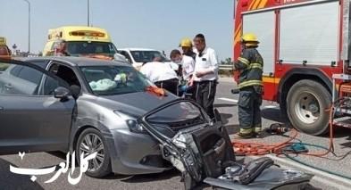 تخليص عالق اثر حادث طرق بين سيارة وشاحنة قرب نيلي
