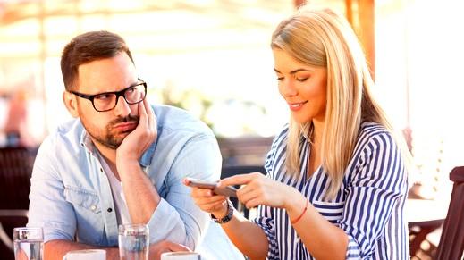 إستطلاع| الهواتف الذكية سبب لثلث المشاكل الزوجية