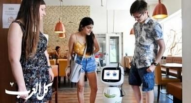 صور| مطعم هولندي يتحدى الكورونا بالروبوتات!