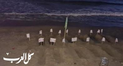 يافا  مجسمات قبور على شاطئ البحر