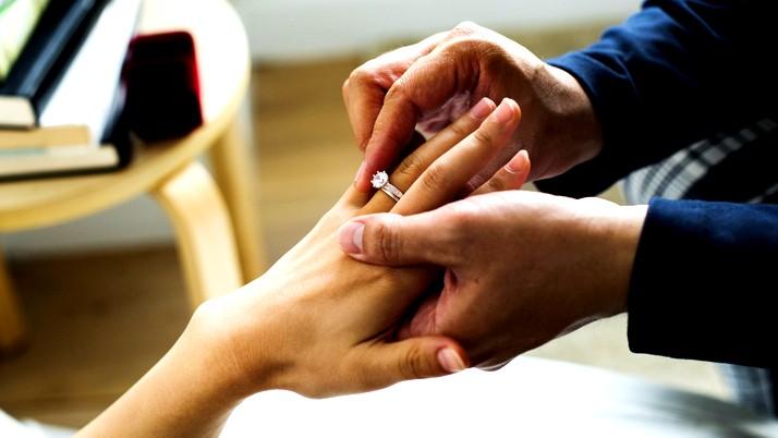 من أوّل الشعوب اعترافاً بخاتم الخطبة؟