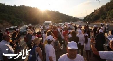 الامهات في مسيرة مكافحة العنف يغلقن شارع 1