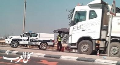نصب حاجز للشرطة قرب مفرق الطيرة وفحص السائقين