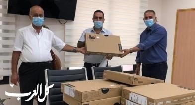 مجلس كفرقرع يُوزع حواسيبًا للمدارس