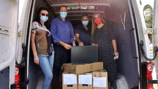 بلدية عكا توزع 110 حاسوبا إضافيا على طلاب مدينة عكا