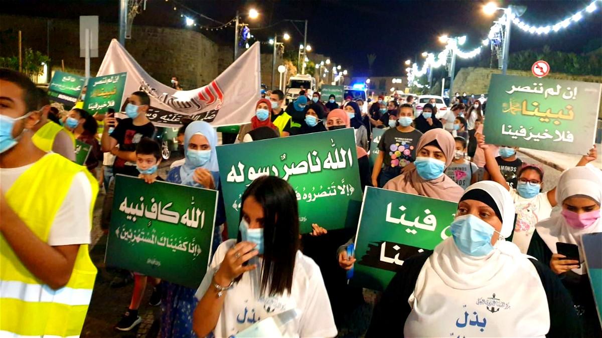 المئات من اهالي عكا يشاركون في المسيرة والوقفة