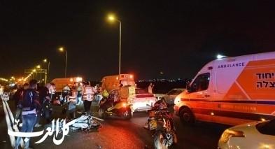 اصابة شابين بعد حادث طرق بين دراجة نارية وسيارة