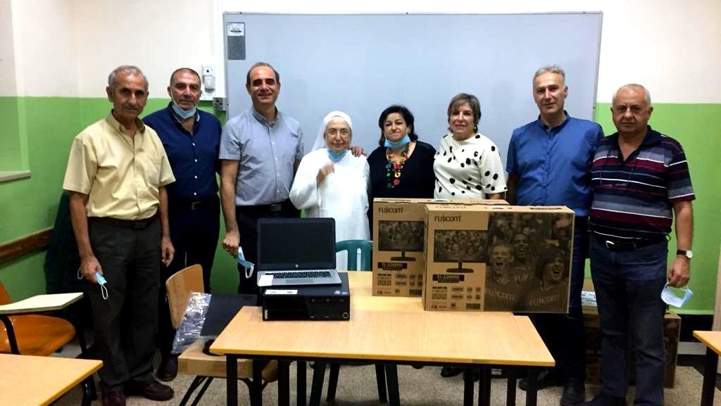 نادي عائلة البشارة والمسابقة القطرية يتبرعان بحواسيب للطلاب