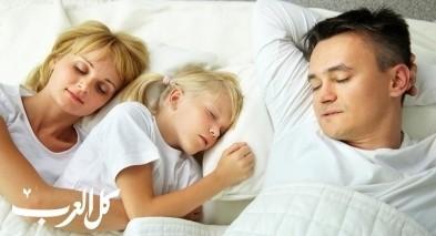ما هي مخاطر نوم الطفل بين والديه؟