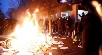 المظاهرات تعود إلى باريس.. تكسير محلات وحرق سيارات
