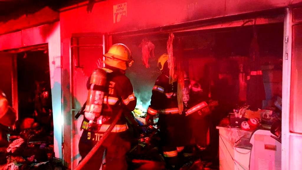 حيفا: اندلاع حريق في محلات تجارية