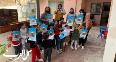 مكتبة مجد الكروم توزّع القصص للأطفال
