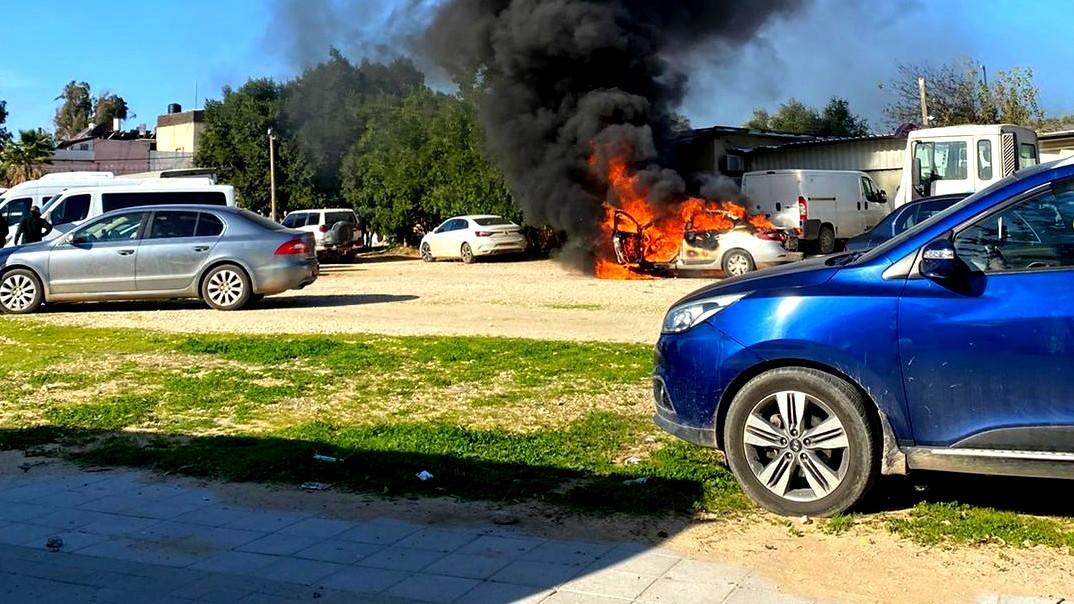 توتر في اللد بعد جريمة القتل: احراق سيارات ومنازل