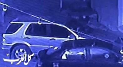 فيديو يوثق لحظة قيام ملثم باحراق سيارات في بلدة شعب