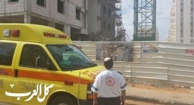 اصابة عامل اثر سقوطه عن ارتفاع في كريات يام
