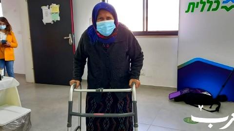 الحاجة فاطمة شناخر (85 عامًا) تتلقى التطعيم